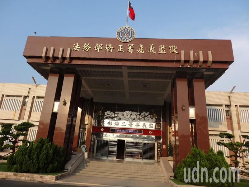 新冠肺炎(武漢肺炎)疫情嚴峻,台灣防疫總動員,嘉義監獄採買紙口罩發給會面的受刑人。記者魯永明/攝影