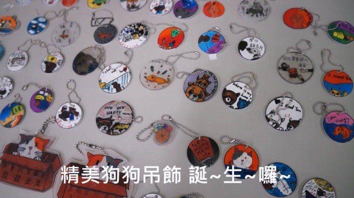陳宜君指導學生製作熱塑片吊飾。圖/新北市動保處提供