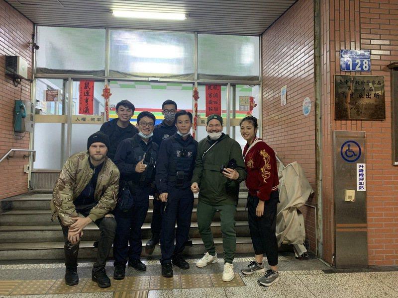 德國饒舌歌手Chefket來台中知名一中商圈取景拍攝MV,攝影師NICKELS(右二)與造型師(左一)遺失市價約12萬元相機,所幸台灣員警與熱心民眾即時尋回。圖/台中市警察局第二分局提供