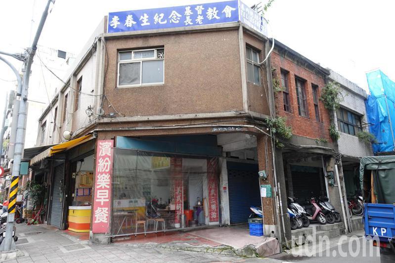 傳遍台灣大街小巷的「望春風」歌詞,是台灣一代歌謠詞人李臨秋所作,其位在西寧北路巷子內的故居,更被文化局指定為歷史建築,不料如今傳出「被法拍」,讓文化界人士相當震驚,紛紛詢問到底怎麼一回事。記者邱瓊玉/攝影