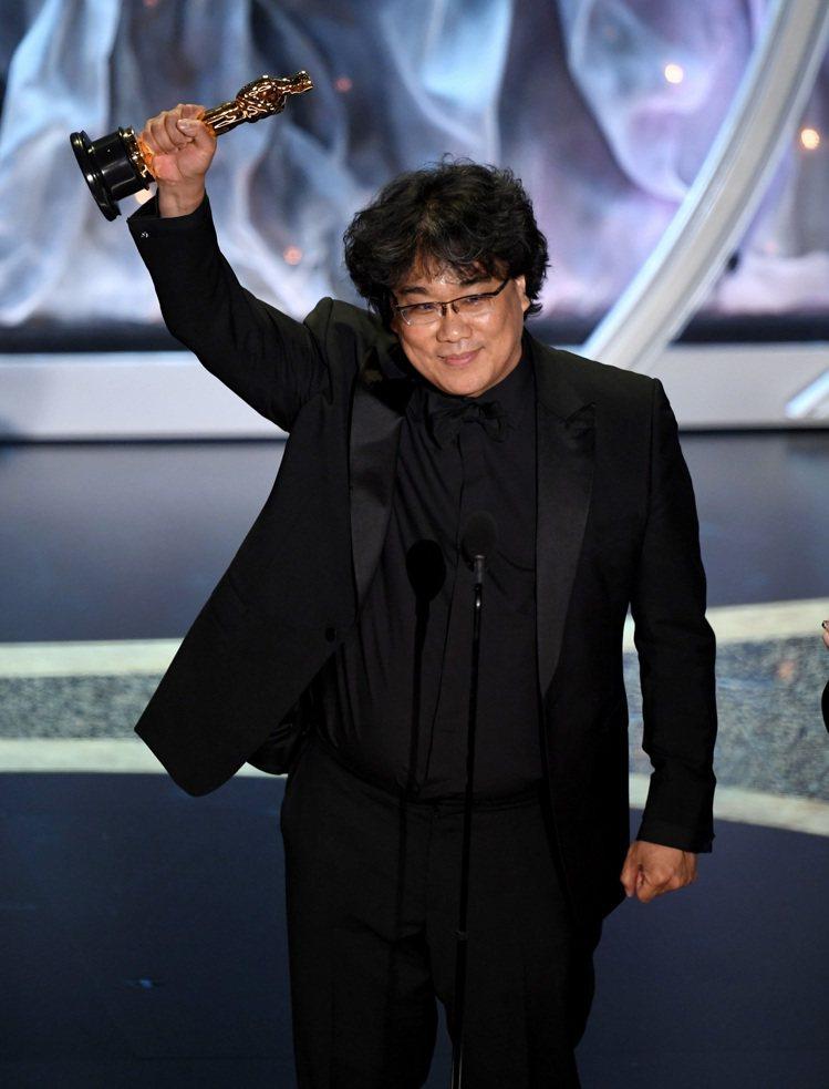韓國導演奉俊昊身穿全身BURBERRY在第92屆奧斯卡金像獎勇奪4大獎。圖/BU...