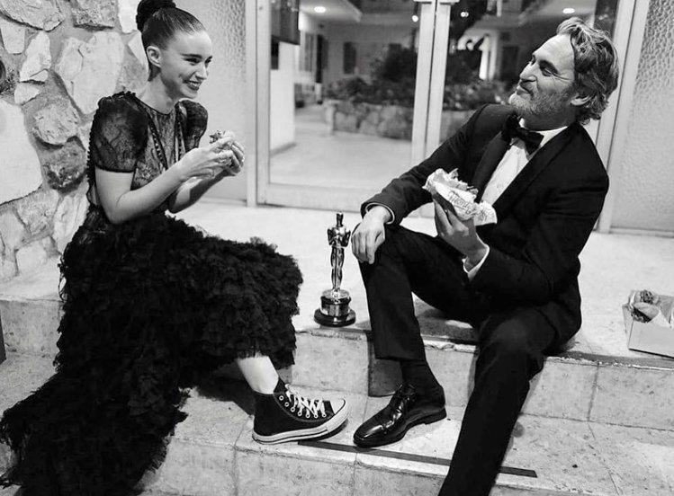 影帝瓦昆菲尼克斯著Stella McCartney西裝,和穿converse的未...