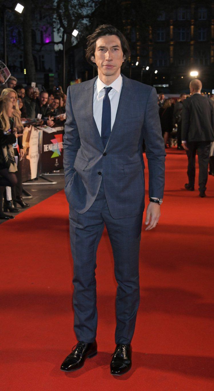 在倫敦影展的「婚姻故事」首映,亞當崔佛身穿BURBERRY西裝。圖/BURBER...
