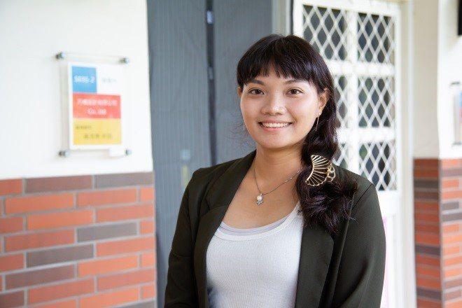 27歲的賴佩伶看準市場對於特效合成製作的需求,透過新北幸福創業微利貸款計畫,創立巧橋設計有限公司。圖/新北勞工局提供