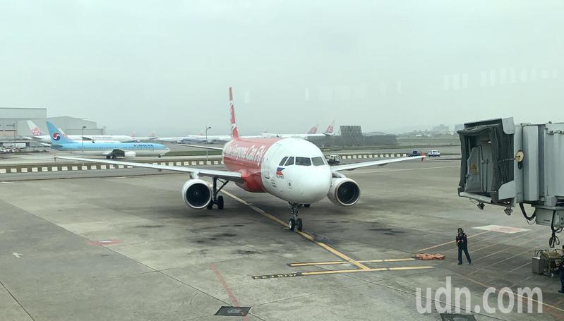 昨天深夜飛往長灘島度假的100多名台灣籍旅客,因菲方臨時宣布禁止台灣籍旅客入境,被困在長灘島機場1晚,11日中午遣返回桃園機場。圖為菲律賓亞洲航空公司航班記者陳嘉寧/攝影