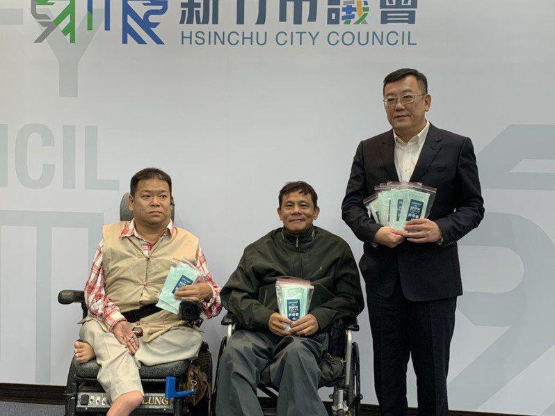 許修睿(右)將募集到的愛心口罩贈予身障團體應急。圖/新竹市議會提供