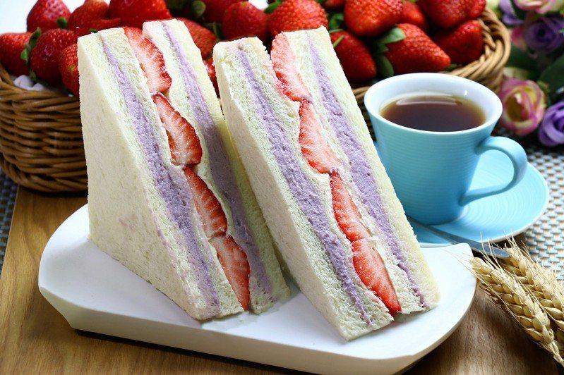 草莓芋頭牛奶三明治,全家行動購2入售價216元、12入售價516元、36入售價1,404元。圖/全家便利商店提供