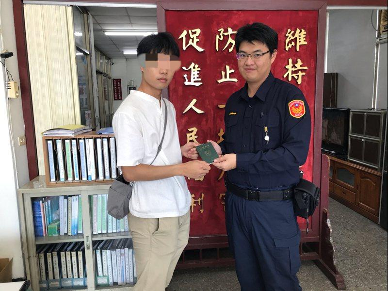 韓國籍李姓男子慕名而來造訪台灣,昨天到達高雄攜子灣時,卻發現護照意外不見,他心急下見到前方的警徽標誌,來到派出所求援,結果不到一小時,員警就將護照尋回。記者邱奕能/翻攝