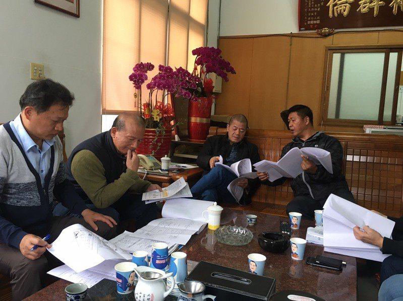 台中市議長張清照(左二)今天和台中市運動局人員,討論清水國民運動中心工程。圖/台中市議員張清照服務處提供