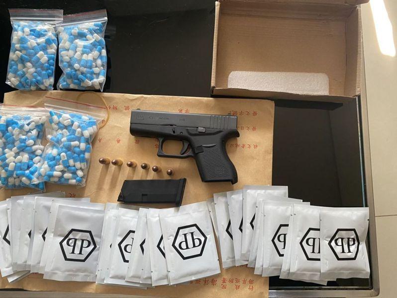 海巡署偵防查緝隊在桃園查獲手槍、毒品咖啡包和卡西酮膠囊 4 大包。圖/偵防查緝隊提供