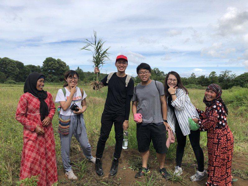 高雄大學學生參加「棉蘭國際共學營」,見習印尼社企照顧小農生計兼顧雨林生態。圖/高雄大學提供