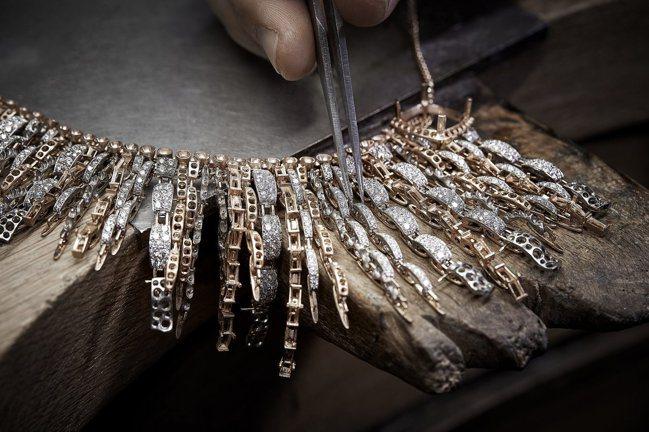 CHANEL的全新Tweed de CHANEL高級珠寶系列,以斜紋軟呢為靈感,...