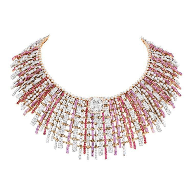 CHANEL,Tweed Couture項鍊,是全系列最高單價作品,製作工序超過...