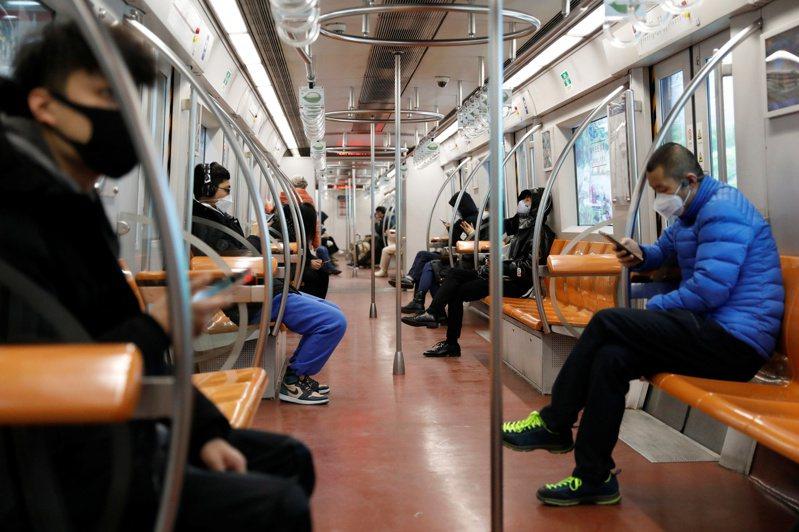 北京地鐵乘客都戴口罩,以防感染新冠肺炎。路透