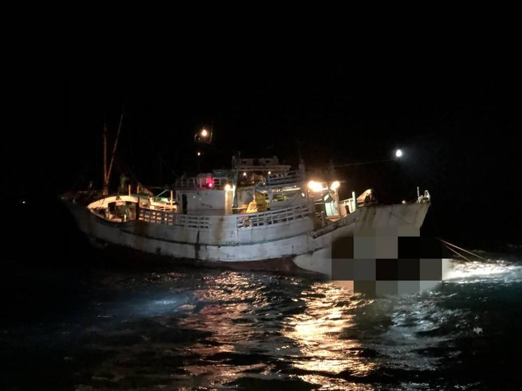 雷達鷹眼監控,海巡署第十三海巡隊在雲林縣箔子察外9.9浬、三條崙外海 9.6 浬...