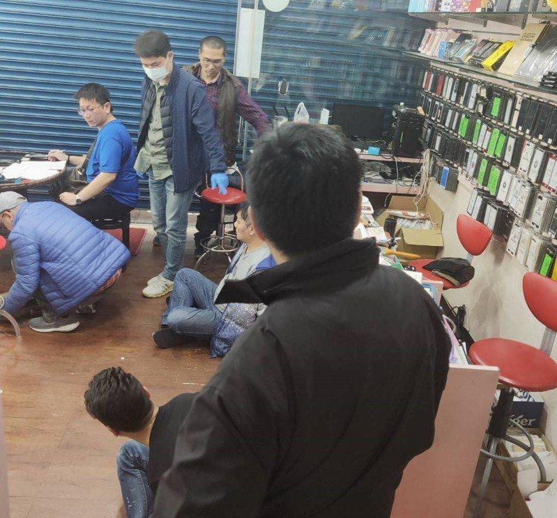 台南麻豆警分局經多日跟監,在新北市三重區一家手機零件通訊行查獲大批槍彈及毒品。記者吳淑玲/翻攝