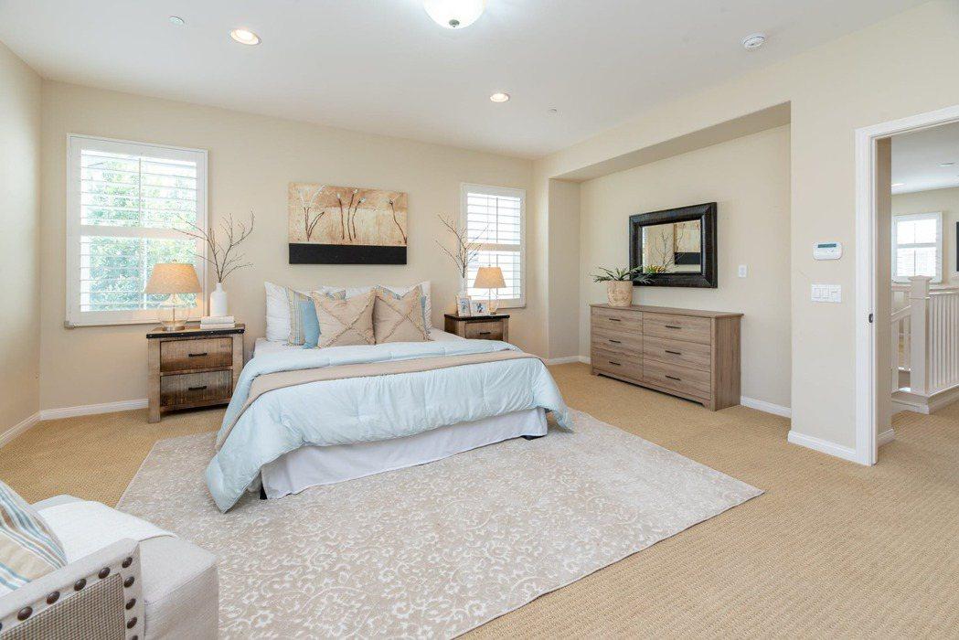 傳統式的床頭櫃,雖然看起來笨重,但用途實際,又能增加房間的整體沈穩感。圖/摘自 ...
