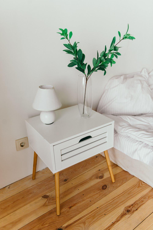 抽屜式床頭櫃,能夠避免落塵,更增加了隱私性。圖/摘自 pexels