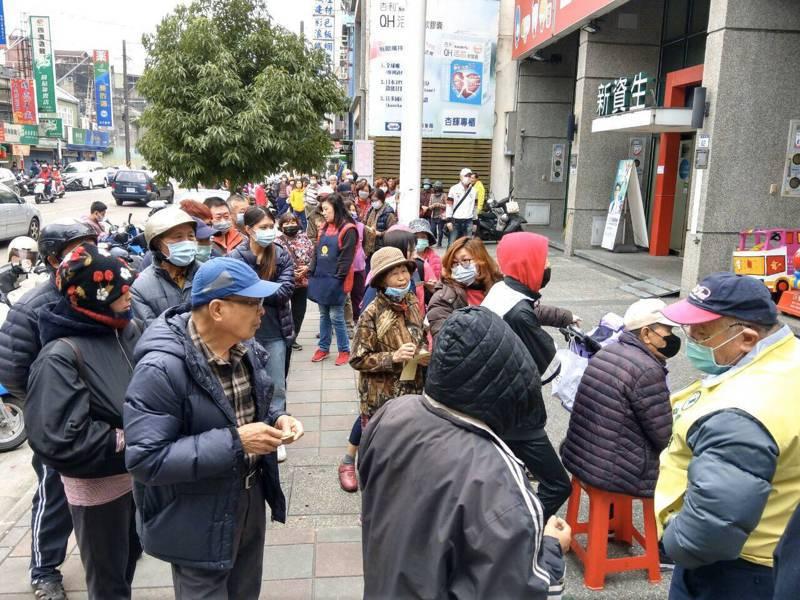 民眾踴躍,排隊等買酒精消毒用品。記者鄭國樑/攝影