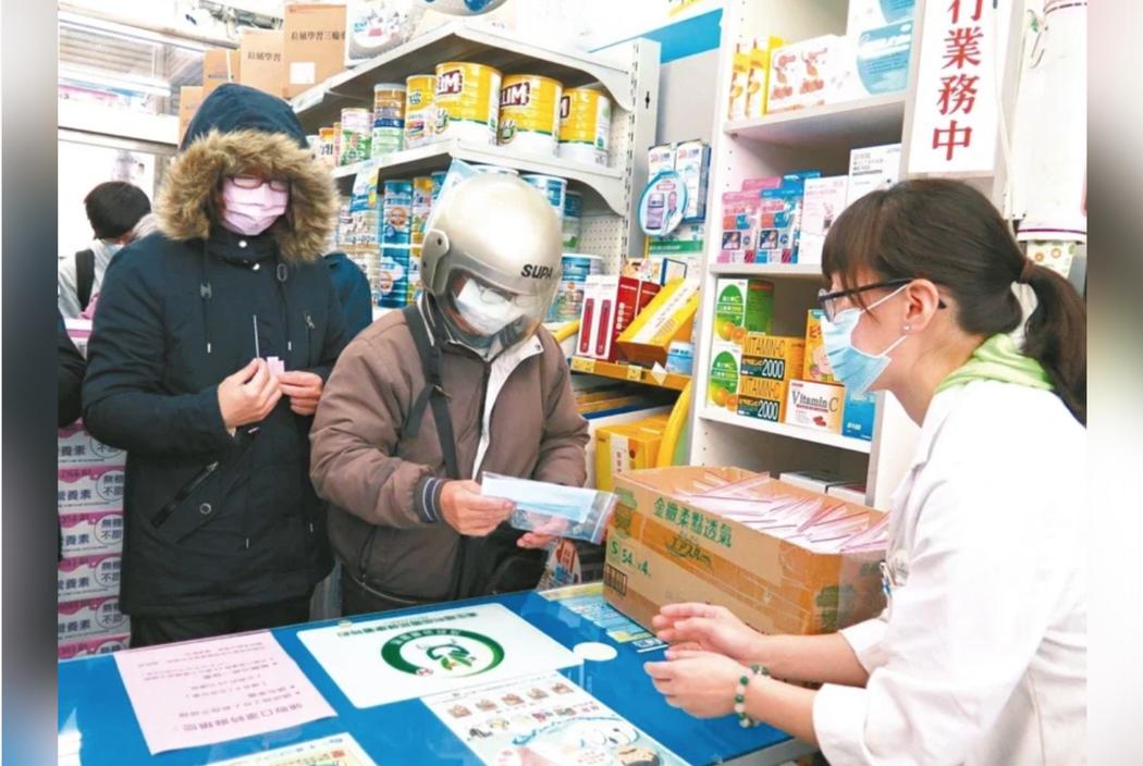 口罩產能提升優先撥給醫療院所。圖/本報資料照
