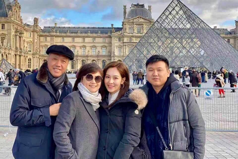 左起王鈞、丘秀珠、丁巧唯、王鼎霖同遊法國。圖/讀者提供