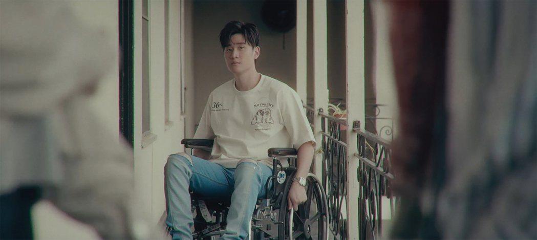 周興哲挑戰坐輪椅演出新歌MV。圖/星空飛騰提供