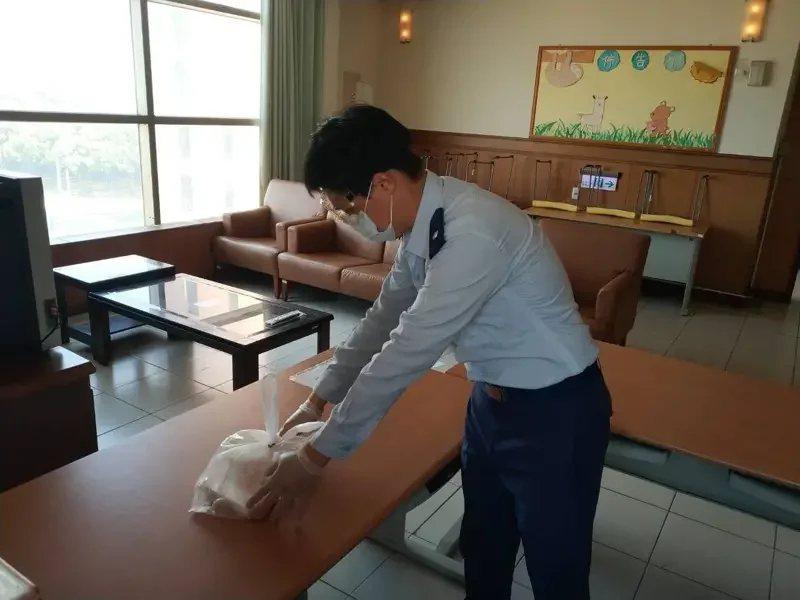 雲林環球科技大學針對返台居家檢疫的學生統一接回學校宿舍管理,由輪值教官代為送餐,學校另提供防疫包讓學生使用。圖/環球科技大學提供