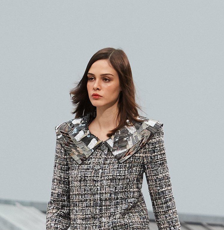 大領片以牛仔布、皮革等多材質拼接象徵磚瓦形貌。圖/香奈兒提供