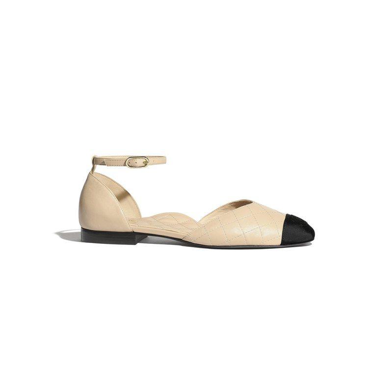 米色皮革羅緞雙色繞踝平底鞋,29,900元。圖/香奈兒提供