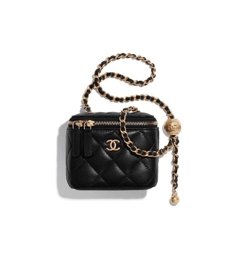 黑色菱格紋調節式皮穿鍊小方包,84,500元。圖/香奈兒提供