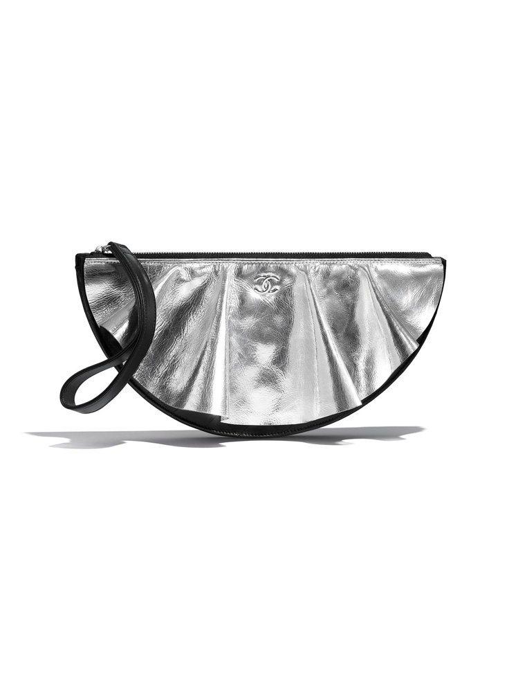 銀黑拼接皮革荷葉邊造型晚宴包,84,500元。圖/香奈兒提供