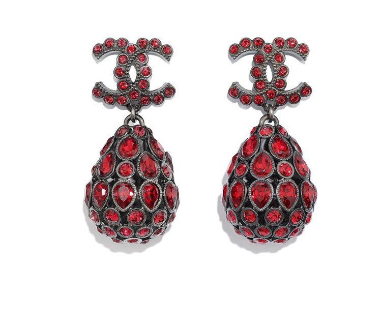 紅色金屬水晶鑲飾水滴造型耳環,35,500元。圖/香奈兒提供