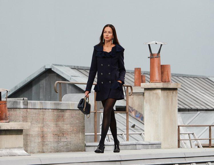 多款長度更短的連身斜紋軟呢洋裝呼應1960年代迷你裙的熱潮。圖/香奈兒提供