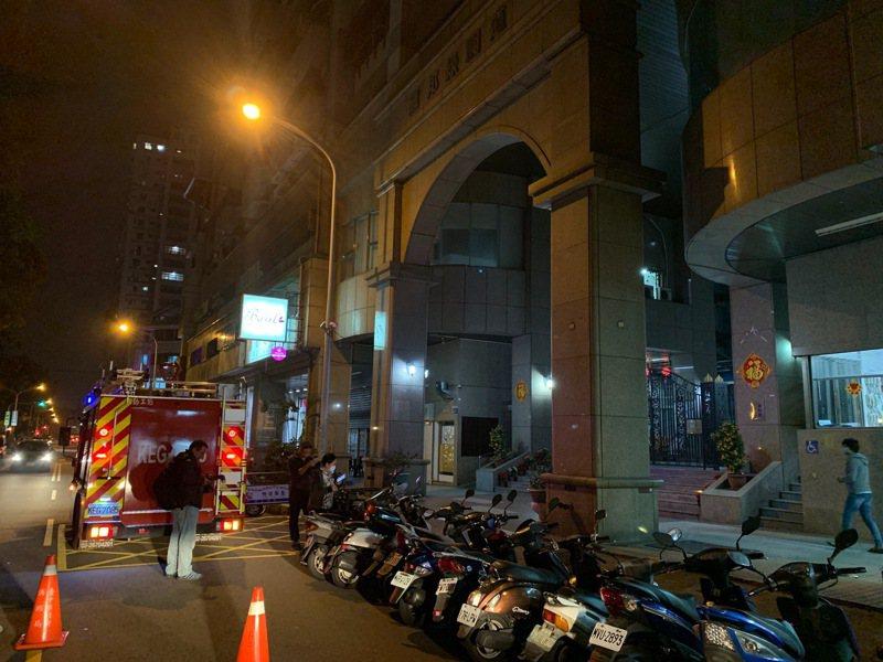 台中市南區南和路大樓今天晚間6時許傳出一氧化碳中毒意外,5名傷者被送往醫院治療。圖/讀者提供