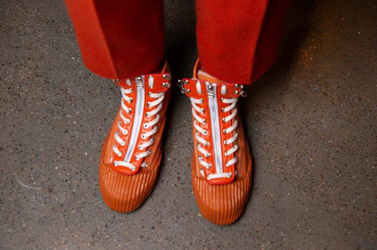 JUST IN XX秀上鞋款結合前幾季秀鞋做了顛覆性的球鞋混血設計。圖/JUST...