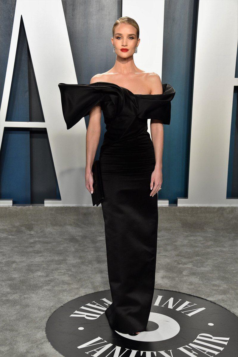 名模蘿西杭亭頓懷特莉 穿著Saint Laurent禮服現身,黑色絲緞材質的露肩禮服以誇張的剪裁呈現古典訂製服樣式的隆重感,非常優雅搶眼。圖/Saint Laurent提供