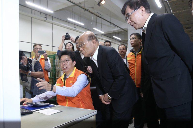 行政院長蘇貞昌(中)赴台北郵件處理中心,視察口罩物流程序。 記者林俊良/攝影