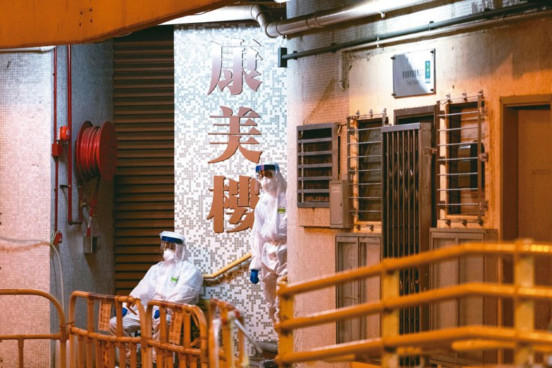 香港青衣長康邨康美樓有兩名住在不同樓層的住戶確診新冠肺炎,疑為糞管傳播,衛生人員十一日在現場進行後續處理。 (歐新社)