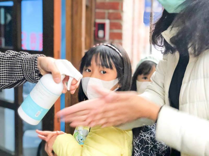 良好的防護措施、定期消毒及入場人數管控,家長與小朋友們也能在室內活動中安心學習。 圖/聯合數位文創提供