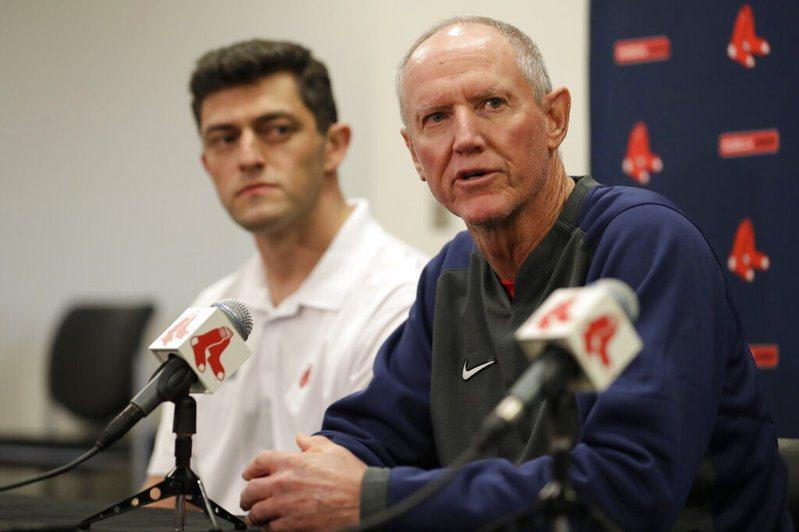 紅襪決定在春訓第一天先宣布由板凳教練羅尼克(右)擔任新賽季的代理教頭。 美聯社
