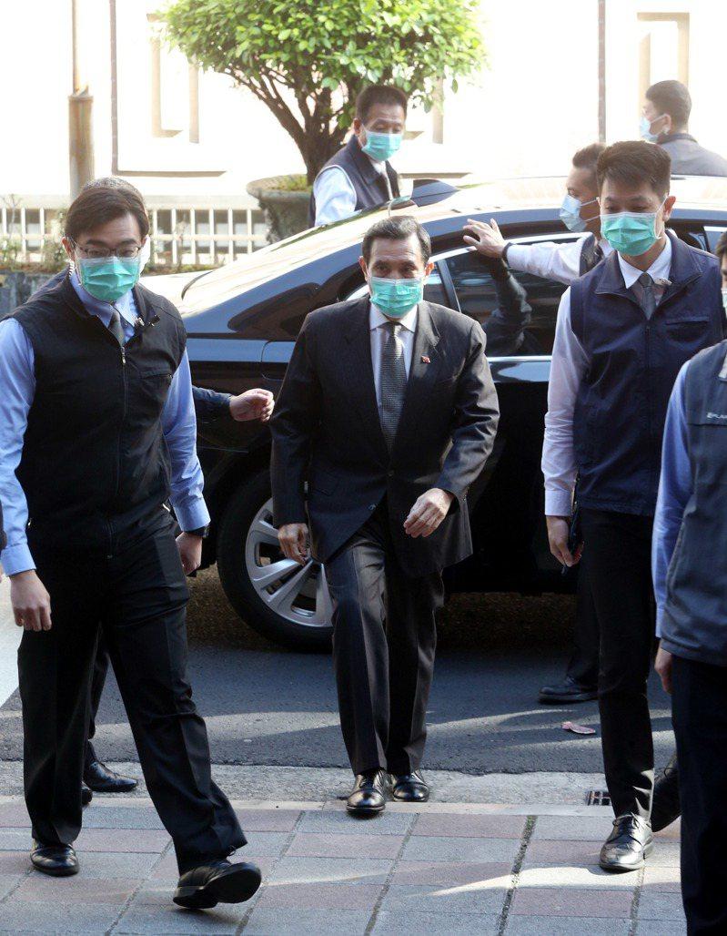 三中案今天開準備庭,台北地院傳喚馬英九前總統出庭,馬前總統和隨扈都戴著口罩防護。記者邱德祥/攝影