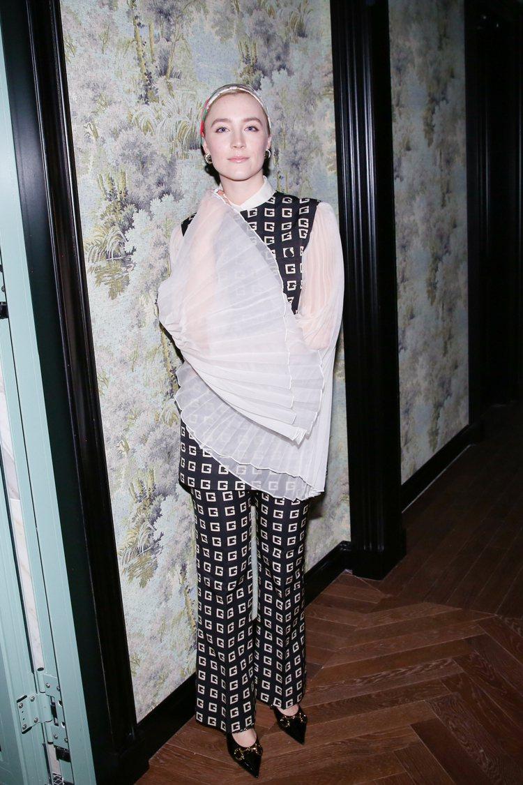 瑟夏羅南則是用百褶長袖搭配印花褲裝,同樣展現品牌標誌性的七○年代時代氛圍。圖/G...