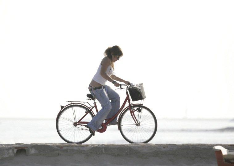 騎腳踏車去上班。圖/ingimage