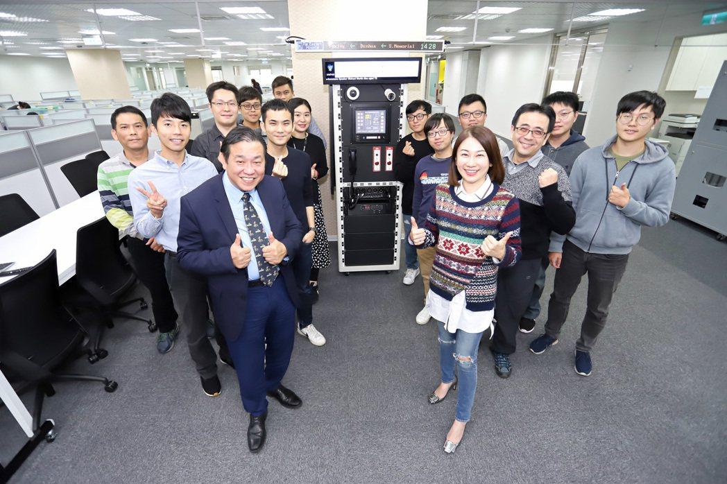 聯合光纖通信董事長林慧鈞(第一排右起)、技術長張聖帶領車載通訊系統研發團隊,已成...