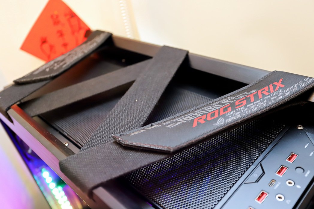ROG Strix Helios機箱上方設計出兼具人體工學的織物把手,潮味十足。...