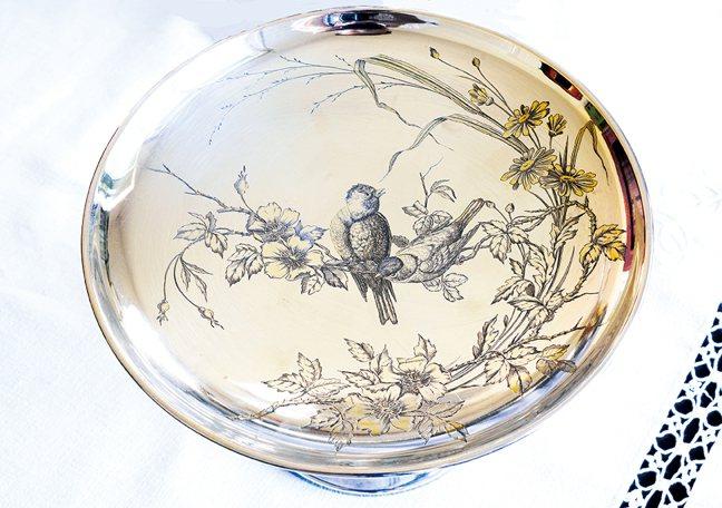 新藝術風格雕花鳥高腳銀盤。 圖/積木文化提供