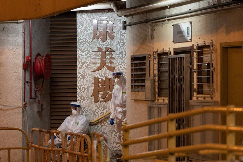 衛生人員11日在康美樓進行後續處理。 歐新社