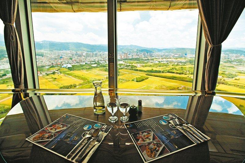 北投煙囪旋轉餐廳可鳥瞰周遭360度美景。 圖/台北市政府提供