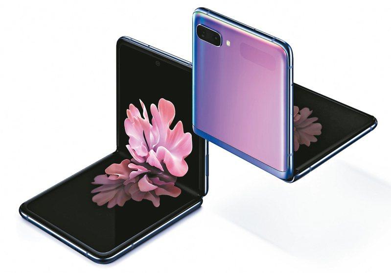 三星推出旗下首款翻蓋式可摺疊螢幕手機Galaxy Z Flip,研究機構預估5年內有更多品牌投入摺疊手機戰局。 圖/三星提供