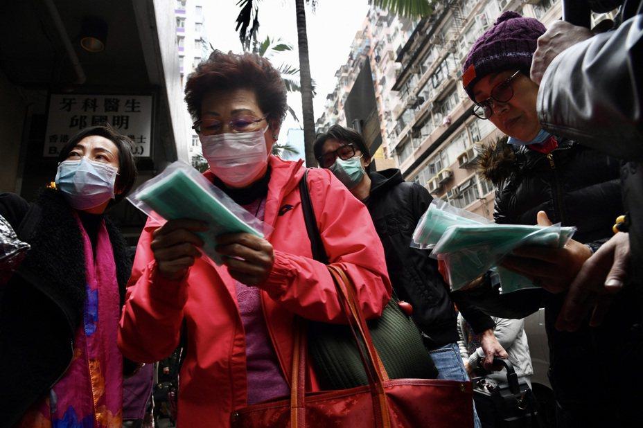 香港首度有新冠肺炎患者出院,衛生單位卻說情況令人擔心。圖為香港民眾搶購口罩。 (中通社)